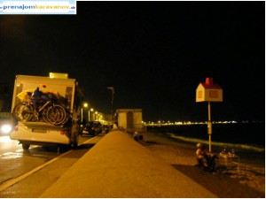 v noci na pláži v Cannes