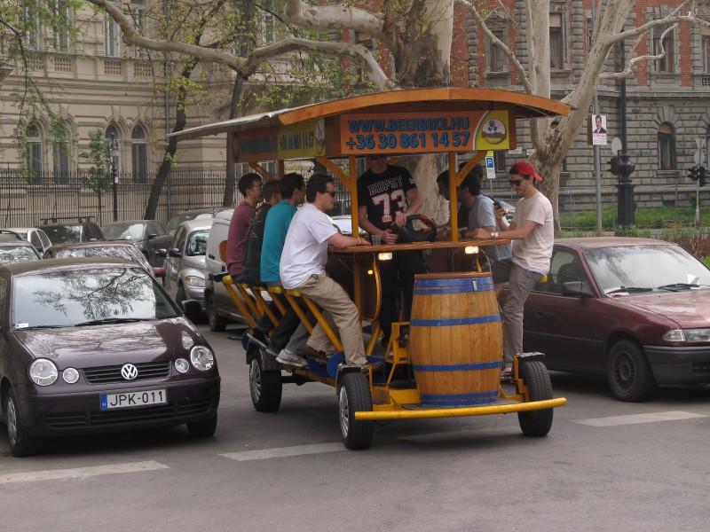 V uliciach Budapešti- nájdete pojazdné bary a rôzne iné atrakcie pre turistov.