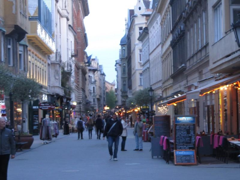 Váci utca- tu človek dokáže stráviť hodiny nakupovaním.