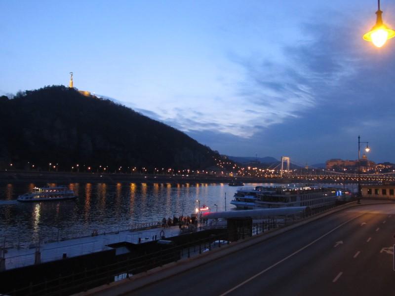 Nad Budapešť pomaly sadala tma a mesto začalo žiariť tisíckami svetiel.