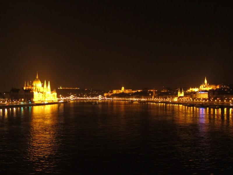 Večerná Budapešť- perla na Dunaji, nezabudnuteľný pohľad.
