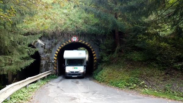 Tunel cestou zo Skalky do Kremnice s výškou len 3,5m